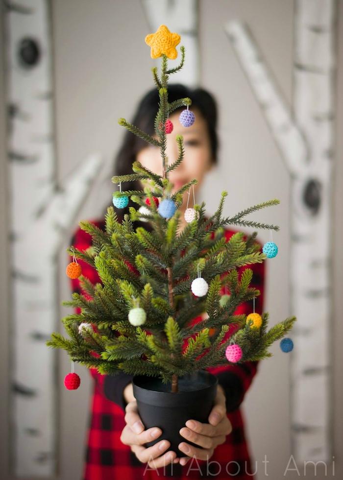 Den Weihnachtsbaum mit kleinen bunten selbstgemachten Christbaumkugeln schmücken