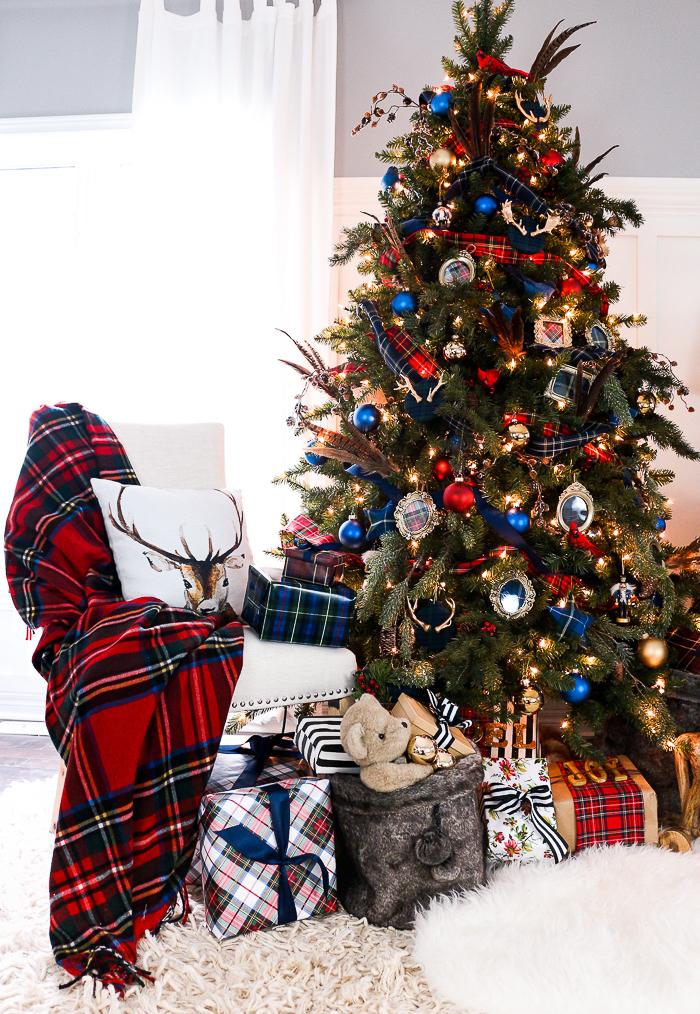 Wunderschöner Weihnachtsbaum, viele Weihnachtsgeschenke darunter, bunte Christbaumkugeln