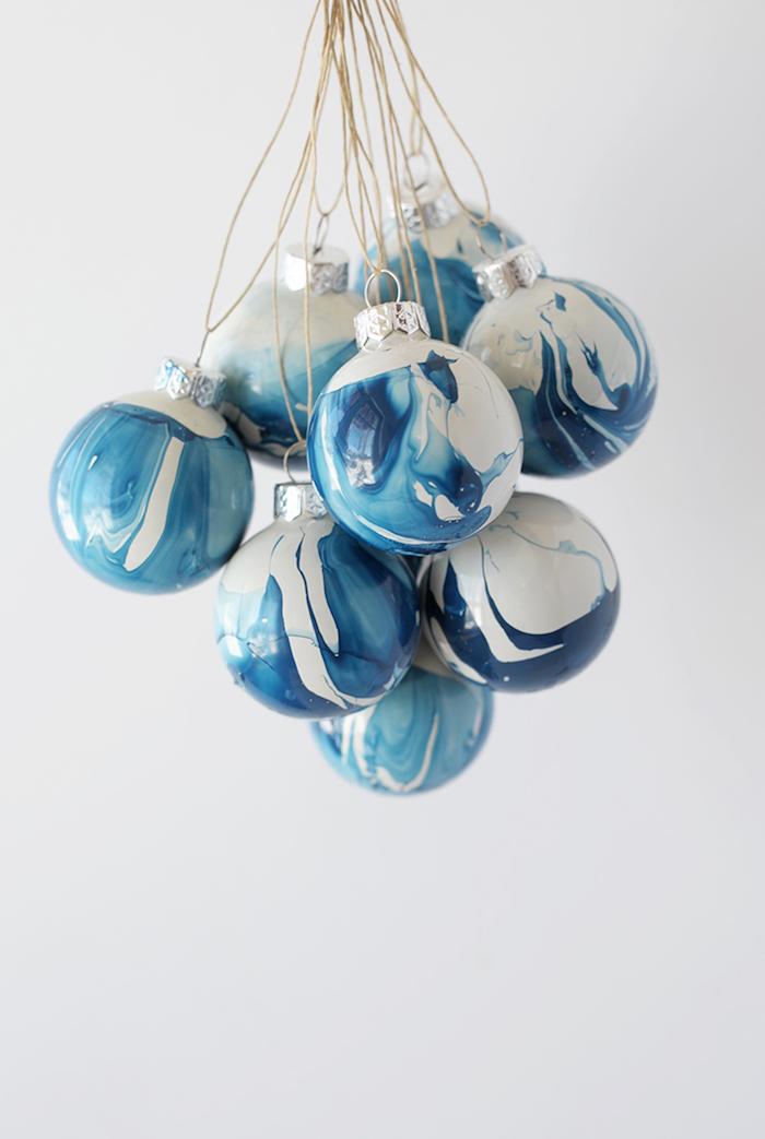 Weihnachtskugeln selbst bemalen, leichte und kreative Technik zum Nachmachen