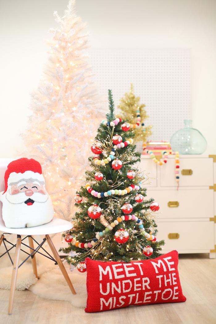 Dekokissen zu Weihnachten selber nähen, drei Weihnachtsbäume in verschiedenen Größen, Wohnzimmer weihnachtlich dekoriert