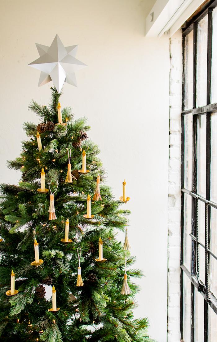 Den Weihnachtsbaum mit selbstgemachten Kerzen aus Papier schmücken, weißer Stern aus Papier