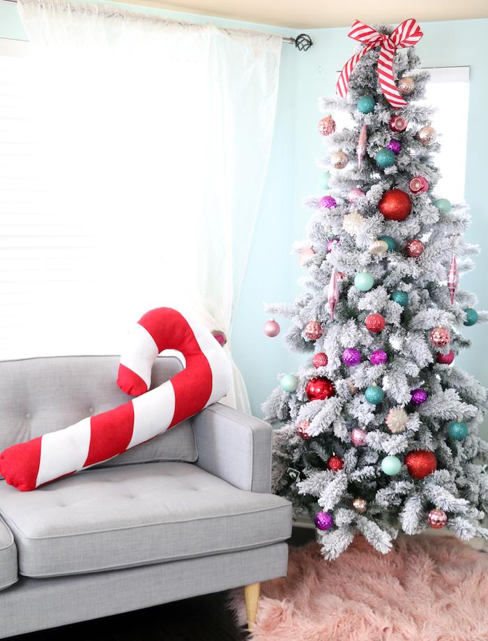 Dekokissen in Form von Zuckerstange selber nähen, silberner Weihnachtsbaum mit bunten Christbaumkugeln