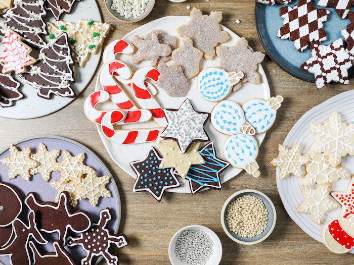 Weihnachtsplätzchen selber backen und verzieren, mit Glasur und Zuckerperlen, Sterne Schneeflocken und Zuckerstangen