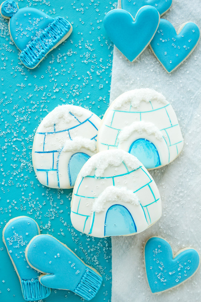 Plätzchen zu Weihnachten backen und dekorieren, drei Iglus, blaue Herzen, Mütze und Handschuhe