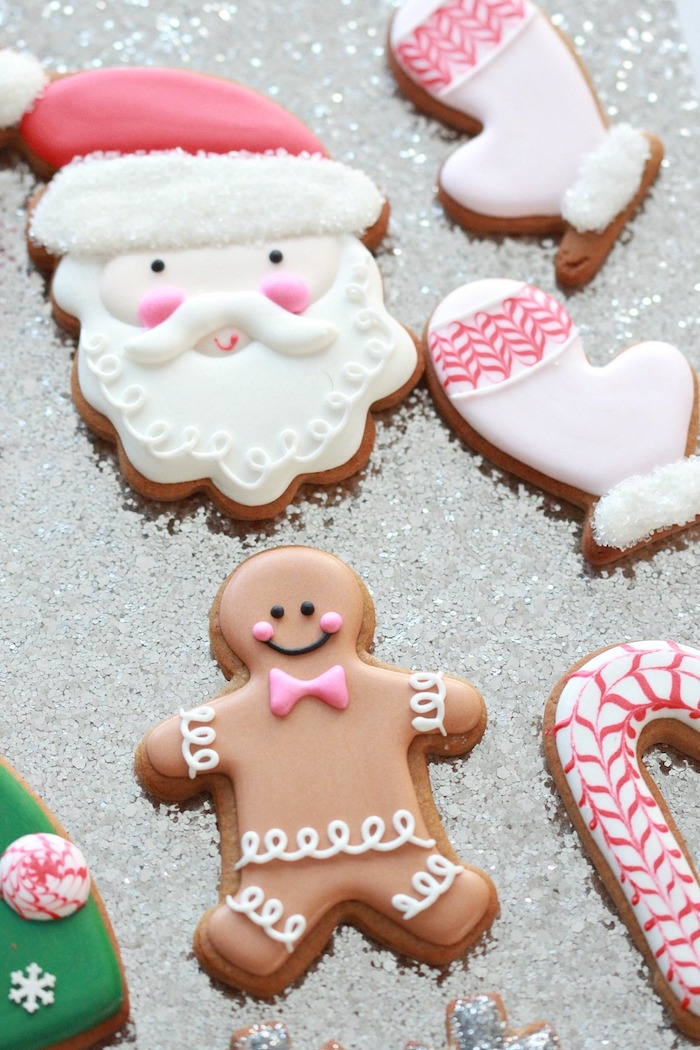 Weihnachtsplätzchen zum Ausstechen mit Glasur verzieren, Weihnachtsmann Handschuhe und Zuckerstange