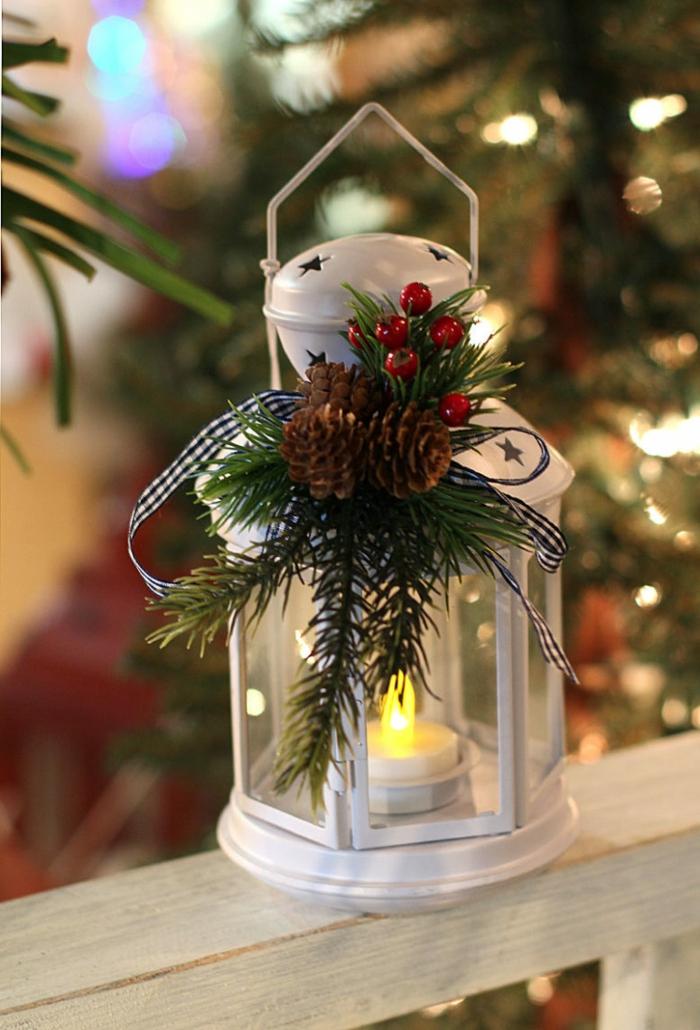 weiße Laterne mit Tannenzweigen dekoriert, Laterne selber basteln zu Weihnachten