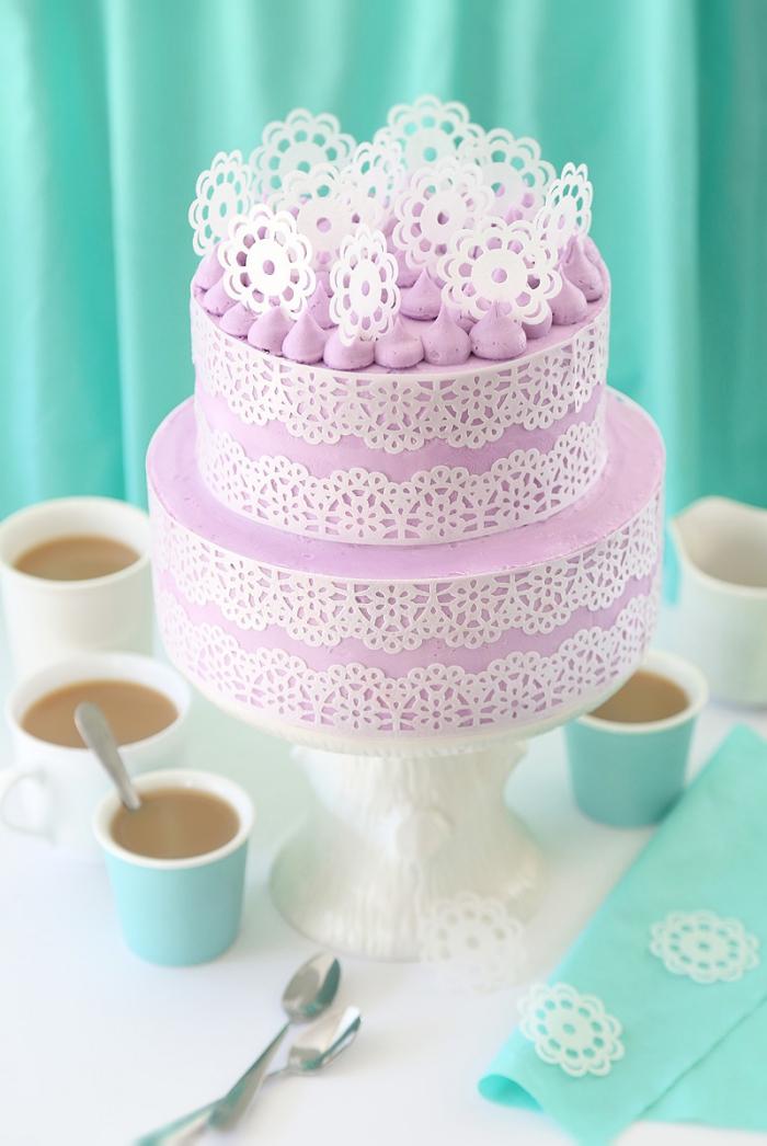 zuckerglasur selber machen, lila buttercreme, geburtstagstorte zubereitung, tassen kaffee