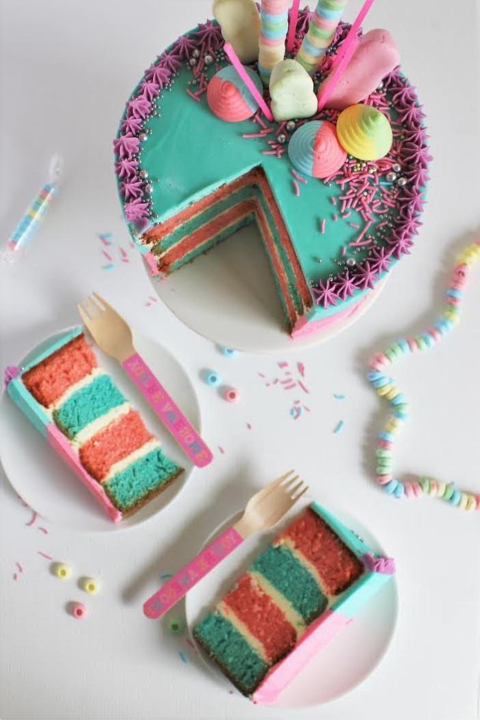 zuckerglasur selber machen, blaue buttercreme, süßigkeiten torte dekorieren, merenguen