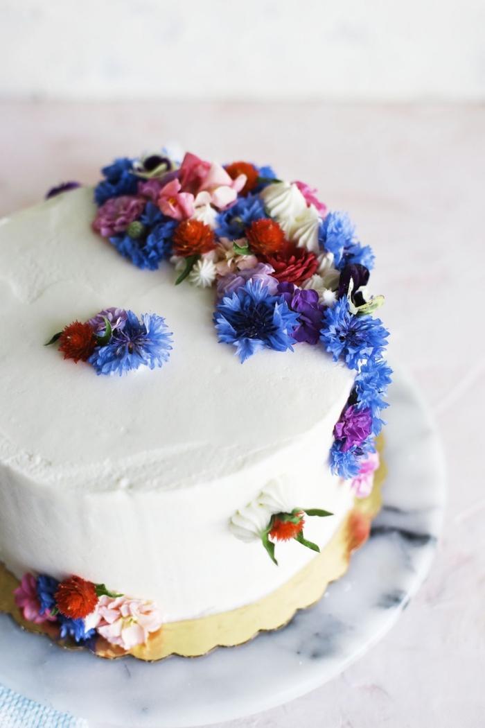 zuckerglasur selber machen, weiße buttercreme, klein bunte blüten, tortendeko anleitung