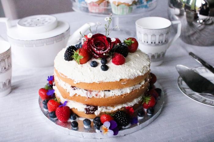 zuckerglasur selber machen, weiße sahne mit erdbeeren, blaubeeren und brombeeren, rote rose