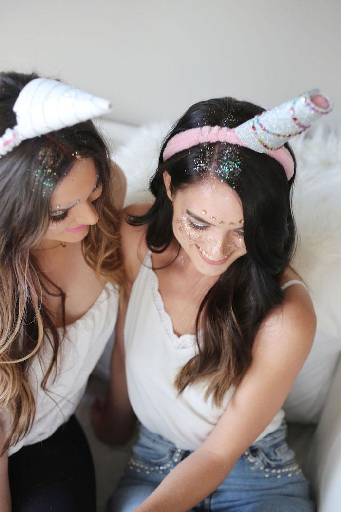 pinke und weiße haarreife für junge frauen, weiße und pinke hörner für ein halloween kostüm, einhorn schminken mit glitter