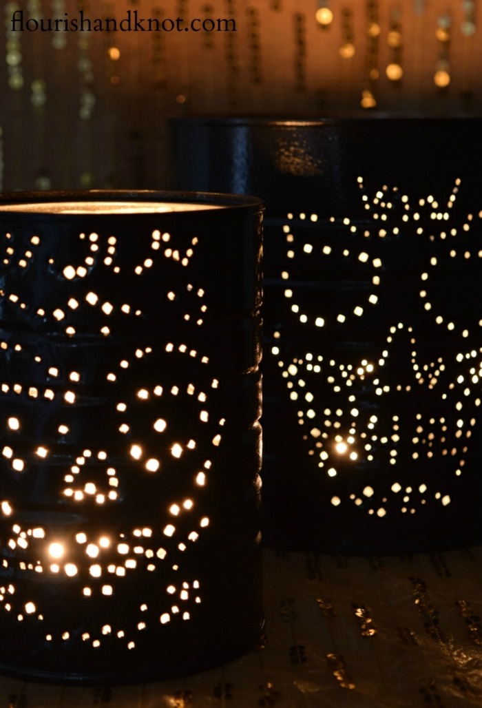 zwei Laternen zu Halloween, Skelett Köpfe in schwarzer Farbe gestrichen, Laterne Vorlage