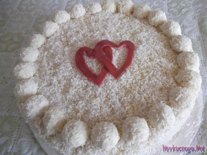 eine miedliche Torte mit zwei Herzen, Kokosraspeln und Raffaello Pralinen, Raffaello Kuchen