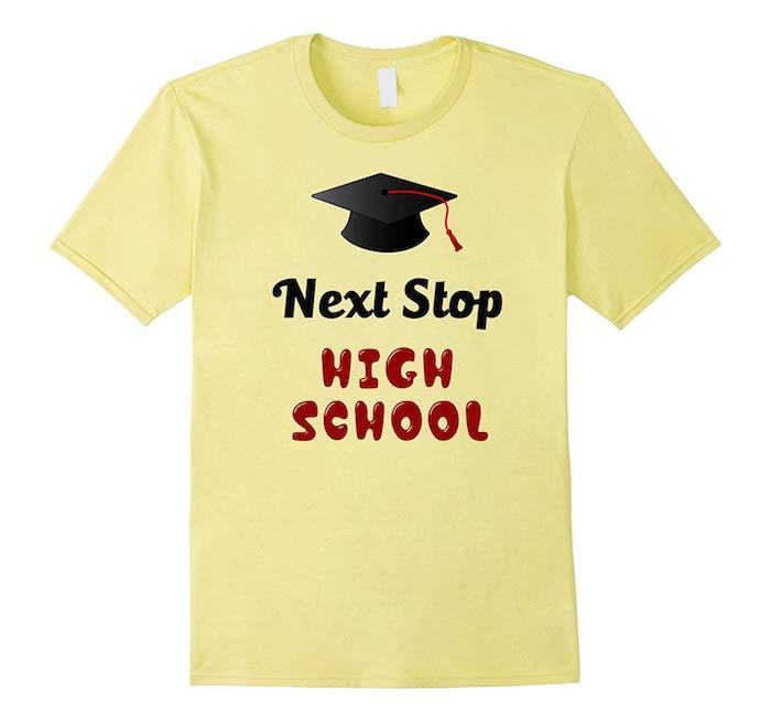 """Gelbes Abi-Shirt mit Aufschrift """"Next Stop High School"""", das ideale Abi-Shirt auswählen"""