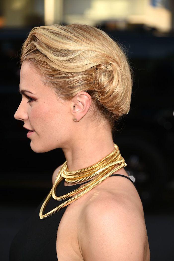 Elegante Frisur für mittellange Haare, blonde Haare, schwarzes Abendkleid, goldene Ketten
