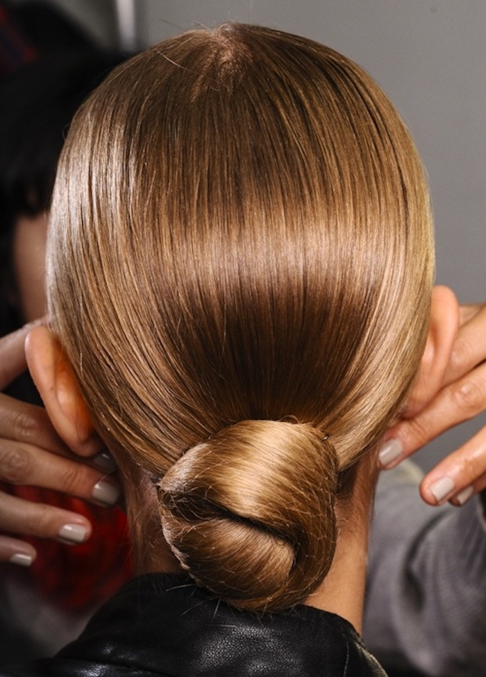 Niedriger Dutt, glatte dunkelblonde Haare, einfache und elegante Frisuren für den Alltag