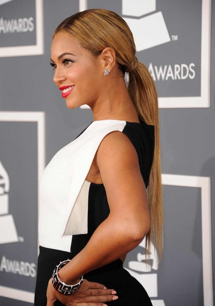 Haare zum niedrigen Zopf binden, Inspiration von Beyonce, lange glatte hellbraune Haare, Abendkleid in Weiß und Schwarz, roter Lippenstift