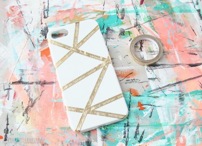 Weiße Handyhülle, mit Band markierte Formen, bunter Hintergrund, Handyhülle selbst designen, DIY Anleitung