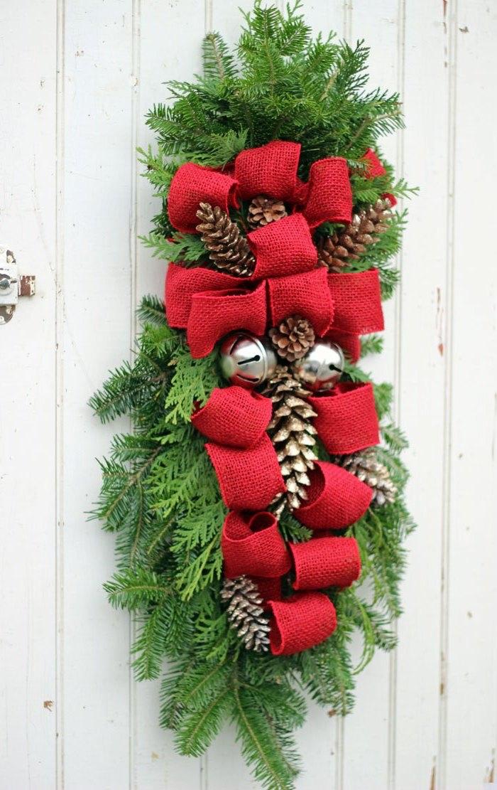 weißer holzzaun dekorieren, rote schleifen aus leinenstoff, adventsdeko basteln, große glöcken