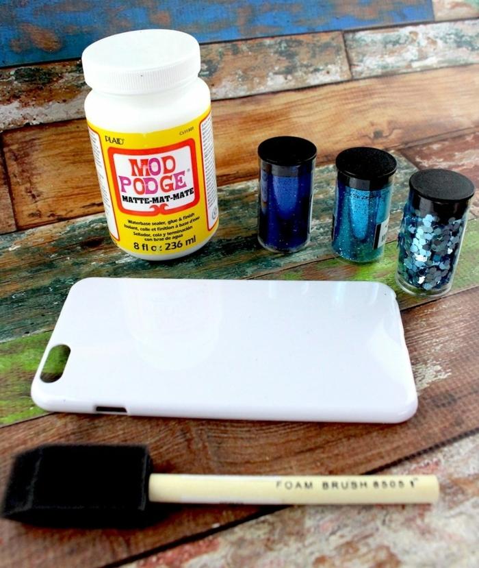 die benötigte Sachen langweilige weiße Handyhüllen selbst gestalten, Glitter, Klebstoff und Pinsel