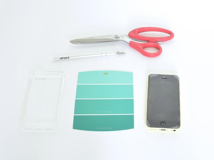Handyhülle selbst gestalten günstig, ein Farbe-Tester in der blauen Schattierung, Scheren und Cuttermesser