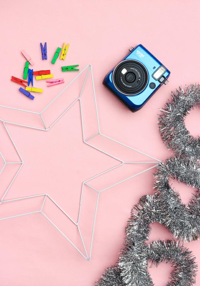 rosa Hintergrund, bunte Wäscheklammer, silberne Girlande und silbernem Sternrahmen, Weihnachtssterne basteln