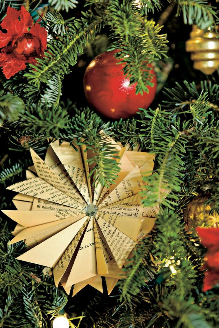 Bastelideen Weihnachten, ein runder Stern aus Papier, roter Weihnachtsbaumschmuck