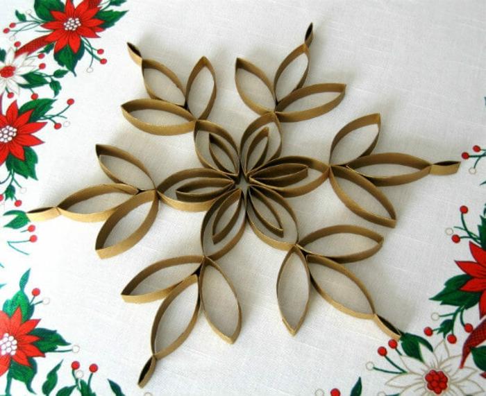 ein Stern aus Papier, mit Klopapierrollen gebaut auf weißer Tischdecke, Bastelideen Wehnachten