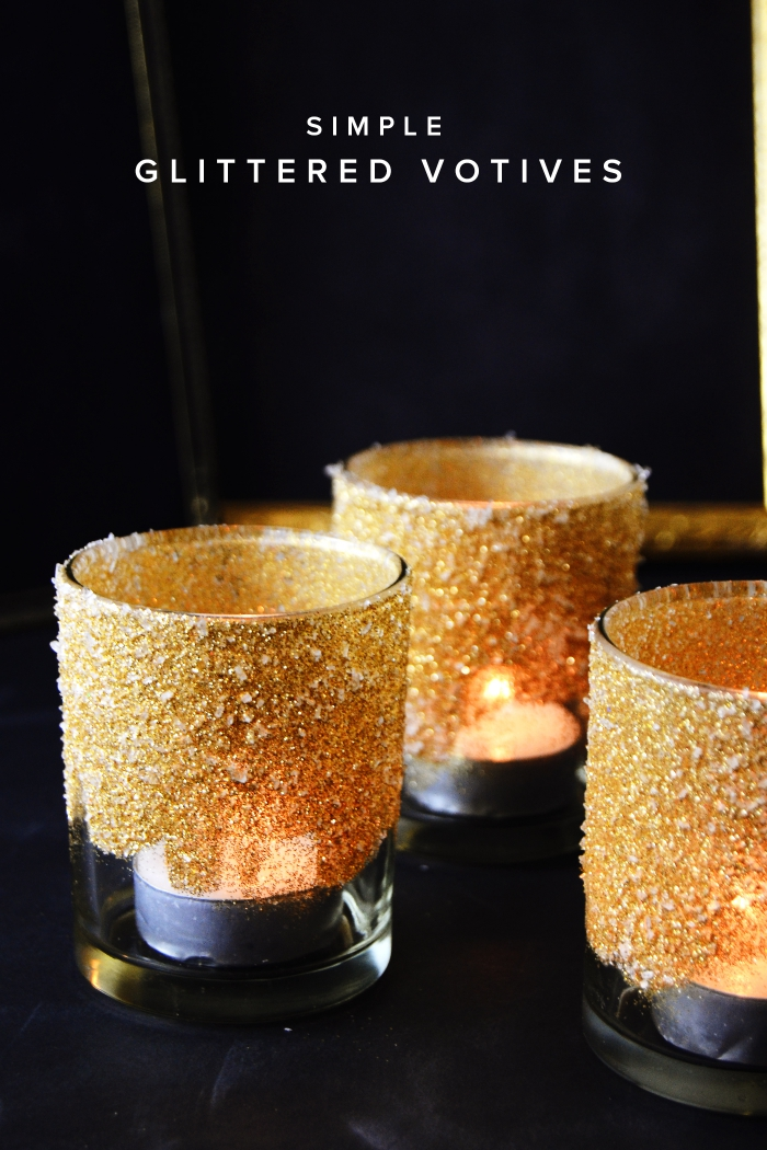 ausgefallene weihnachtsdeko selber machen, goldener glitzer, selbstgemachte teelichthalter, kerzen