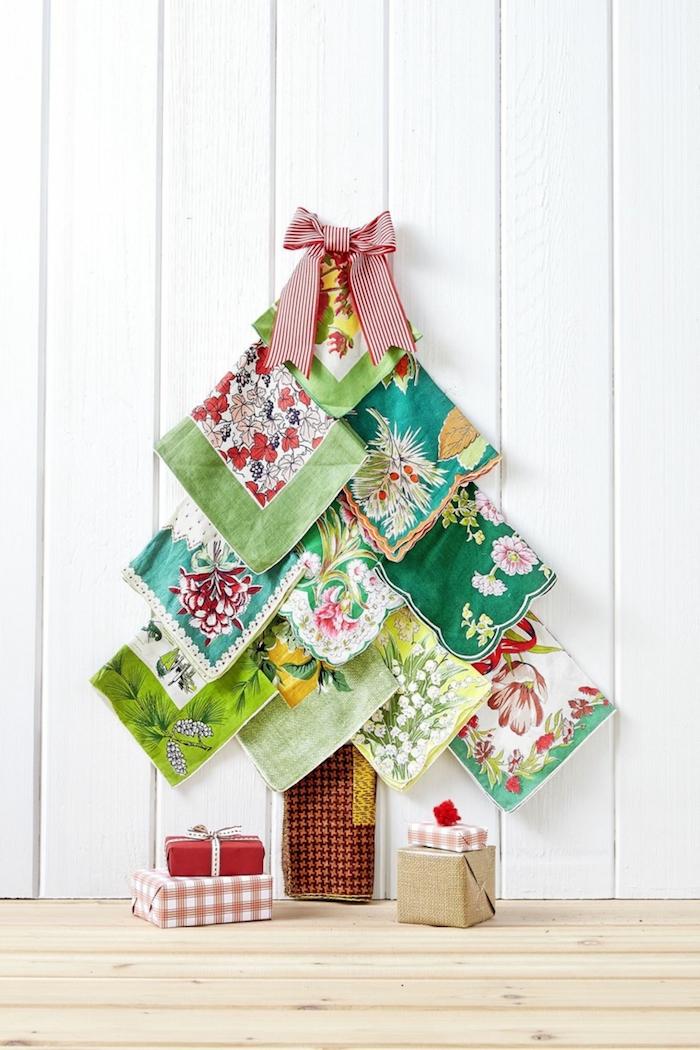Weihnachtsbaum aus grünen Tüchern selbst gestalten, rote Schleife an der Spitze, Weihnachtsgeschenke am Boden