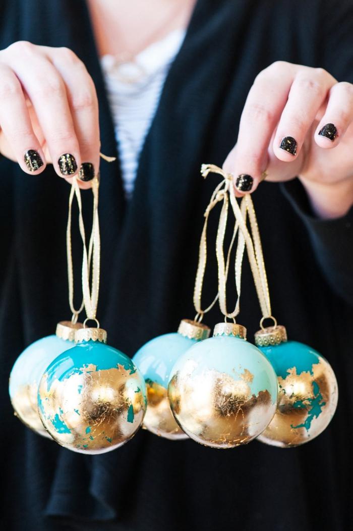 ausgefallene weihnachtsdeko selber machen, weihnachtskugel dekoriert mit blattgold, schwarzer nagellack