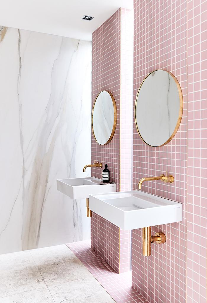 wand mit vielen kleinen pinken badezimmer fliesen und einem spiegel, ein weißes waschbecken, badezimmer modern gestalten