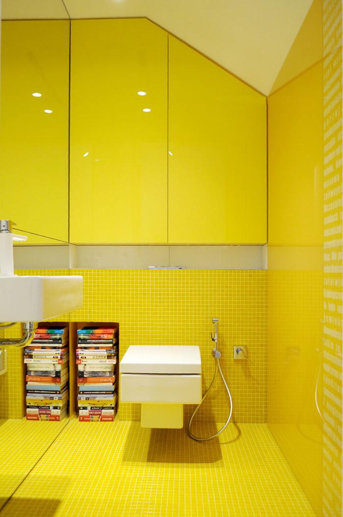 badezimmer modern gestalten, badezimmer gelb, eine dusche und ein weißes waschbecken mit wänden mit vielen kleinen gelben badezimmer fliesen