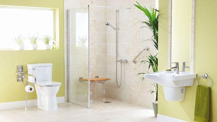 kleines badezimmer mit gelben wänden und einem fenster, ein weißes waschbecken und spiegel und eine dusche