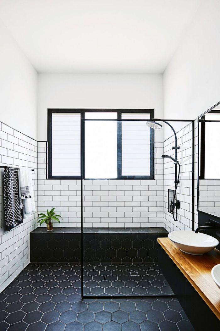 schwarzer boden mit vielen schwarzen badezimmer fliesen, ein badezimmer mit fenster und waschbecken, badezimmer modern