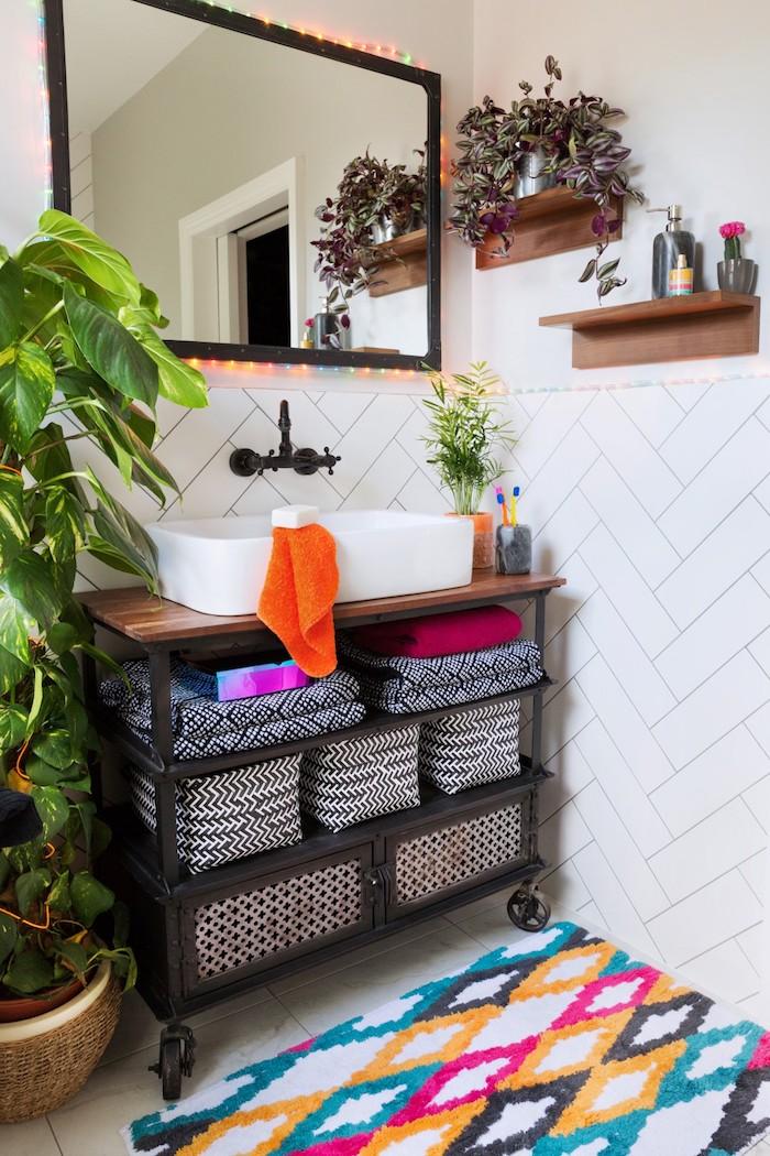 spiegel und ein weißes kleines waschbecken, kbadezimmer modern gestalten, ein kleiner bunter teppich