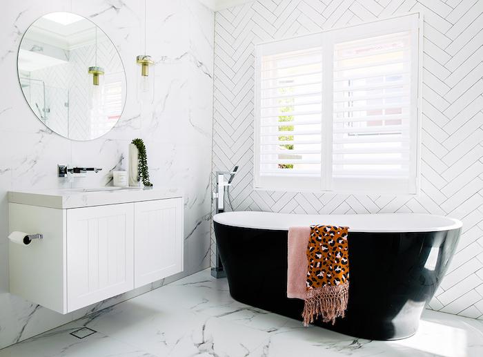 schwarze kleine badezimmer und tücher ,badezimmer modern gestalten, badezimmer spiegelschrank, spiegel und badezimmer regal