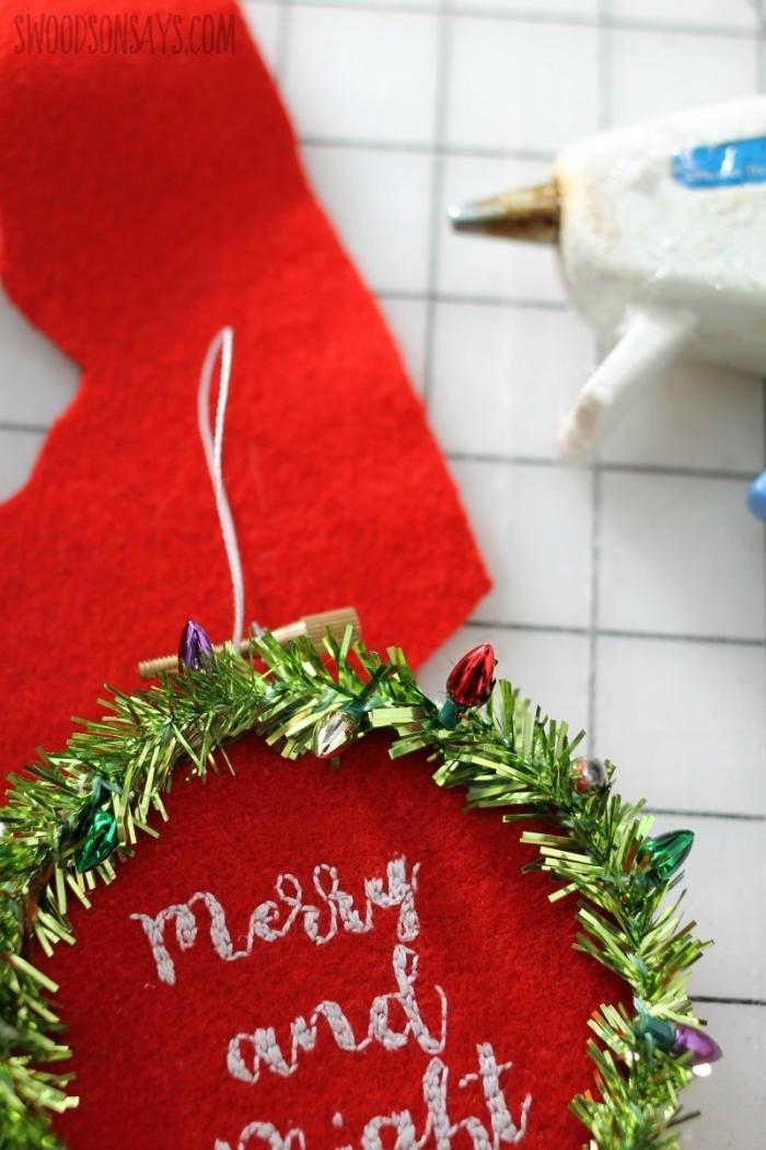 bastelideen für weihnachten, roter filzstoff, grüne girlande, wanddeko aus stickrahmen