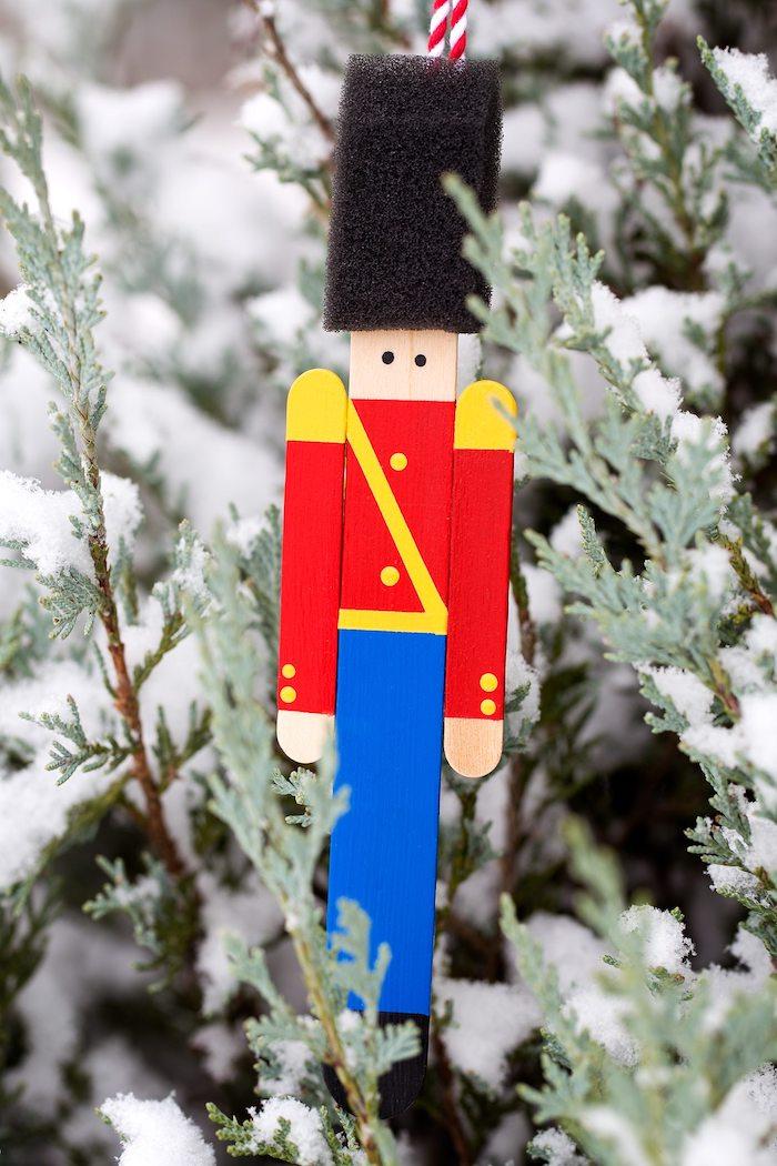 Englische Soldaten aus Eisstäbchen selber machen, Weihnachtsschmuck mit Kindern basteln