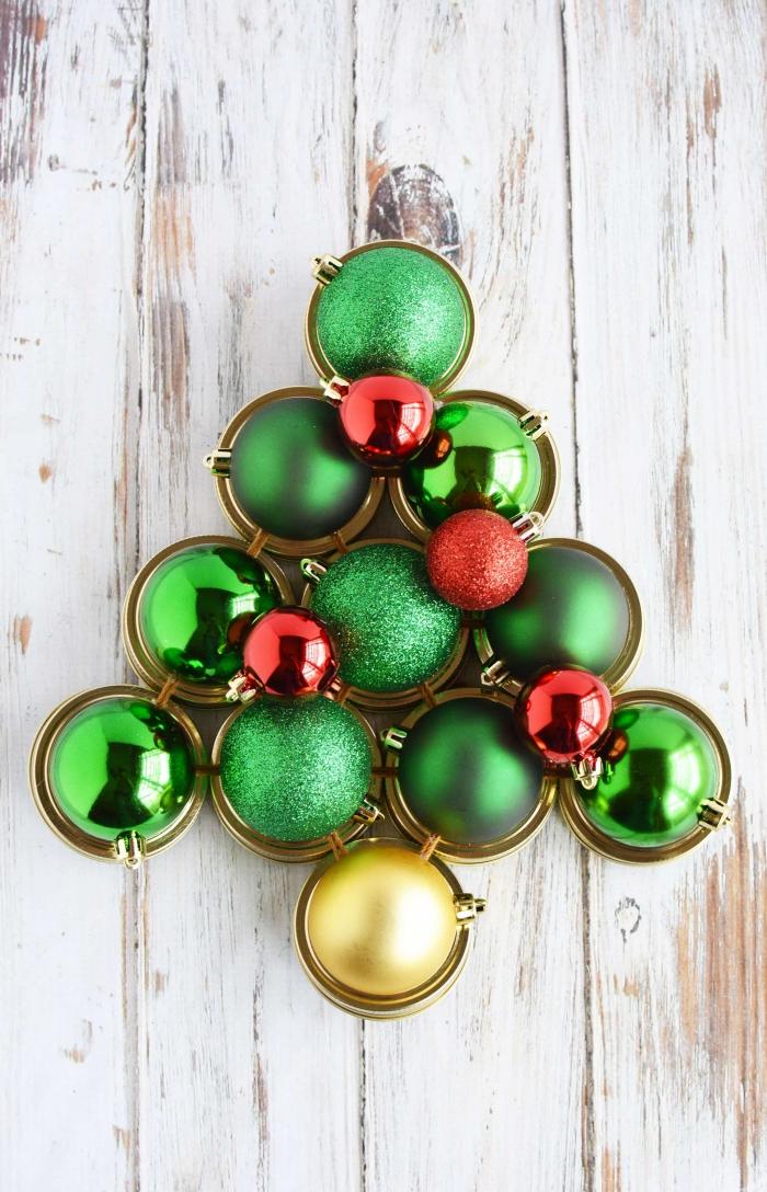 bastelnideen weihnachten, alternativer tannenbaum aus weihnachtskugeln und verschlussdeckeln