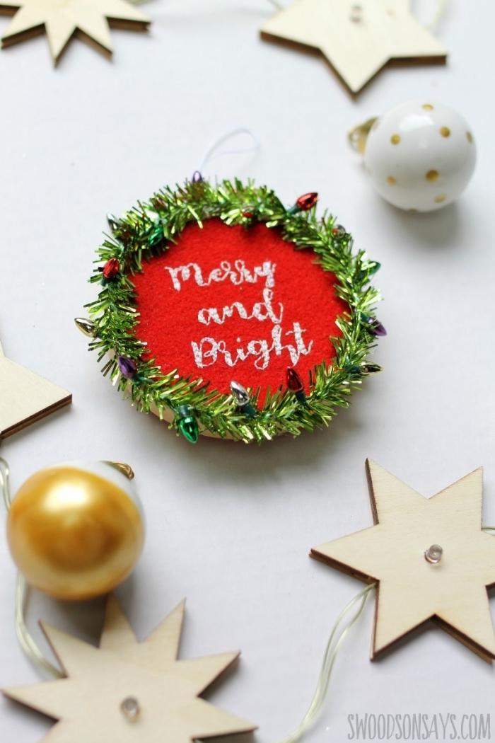 bastelideen zu weihanchten, sterne aus holz, roter filz, goldene weihnachtskugel, diy
