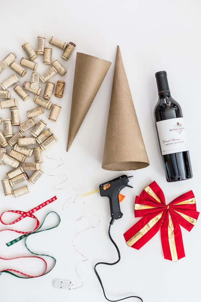 Weihnachtsbaum basteln aus Weinkorken, an Kegel aus Karton mit Heißkleber kleben, große rote Schleife