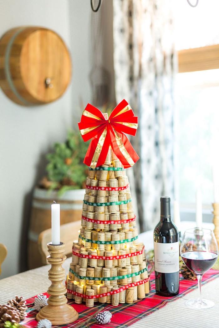 Weihnachtsbaum aus Weinkorken, große rote Schleife an der Spitze, Weinflasche und Weinglas, Kerzenhalter aus Holz