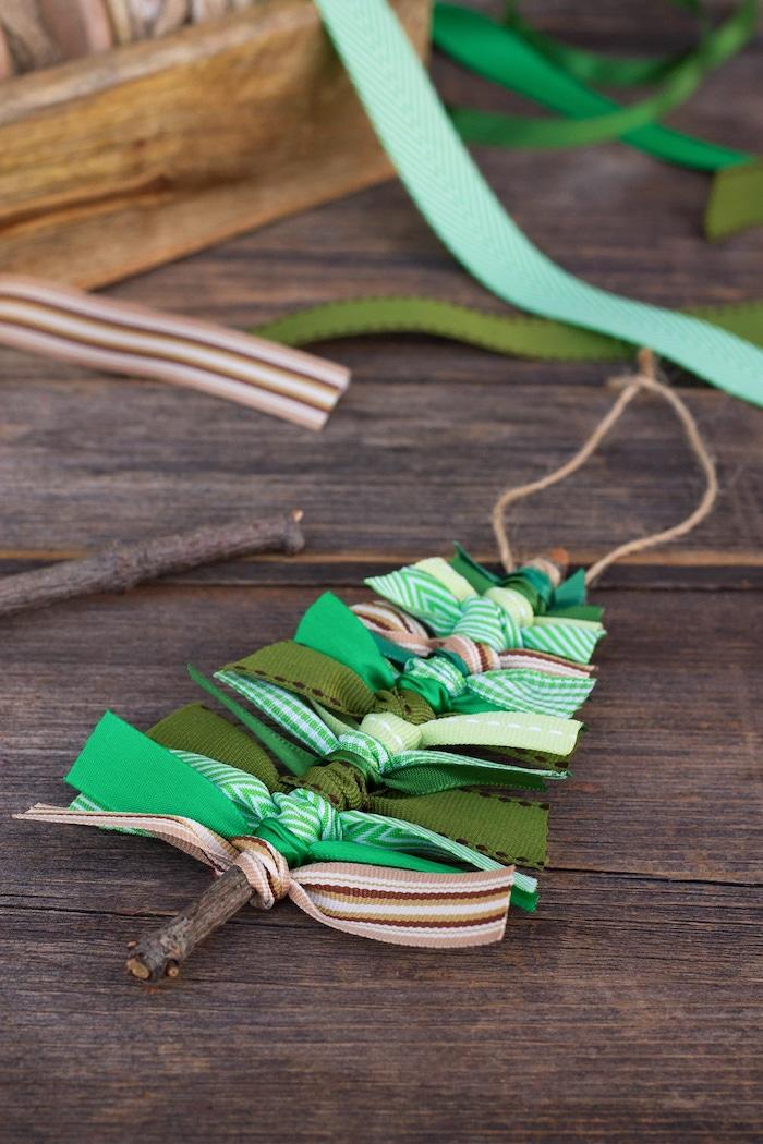 Weihnachtsbaum basteln aus Holzstäbchen und Dekoband, leichte DIY Ideen für Kinder