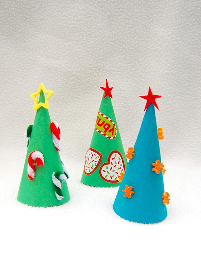 Kleine Weihnachtsbäume aus dickem Papier selber basteln, DIY Ideen für Kinder, Weihnachtsdekoration basteln