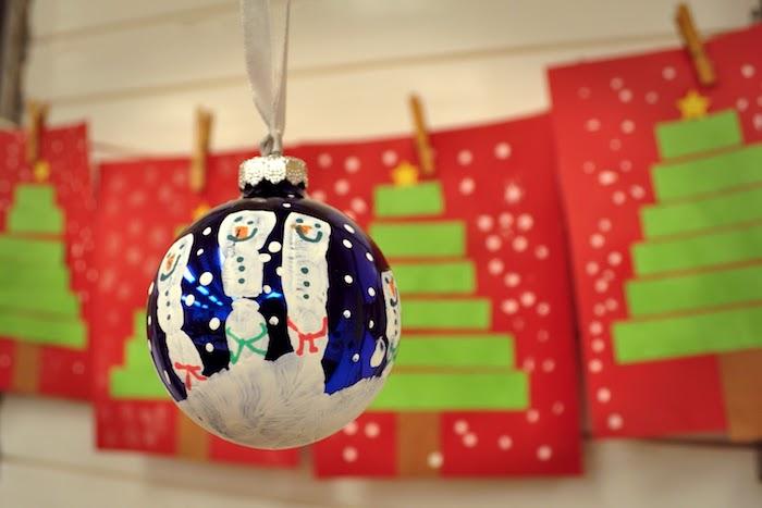 Christbaumkugel mit Handabdruck gestalten, Finger als Schneemänner, Weihnachtsbasteln mit Kindern
