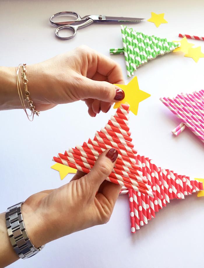 Weihnachtsbaum aus Strohhalmen selber machen, gelben Stern aus Papier kleben