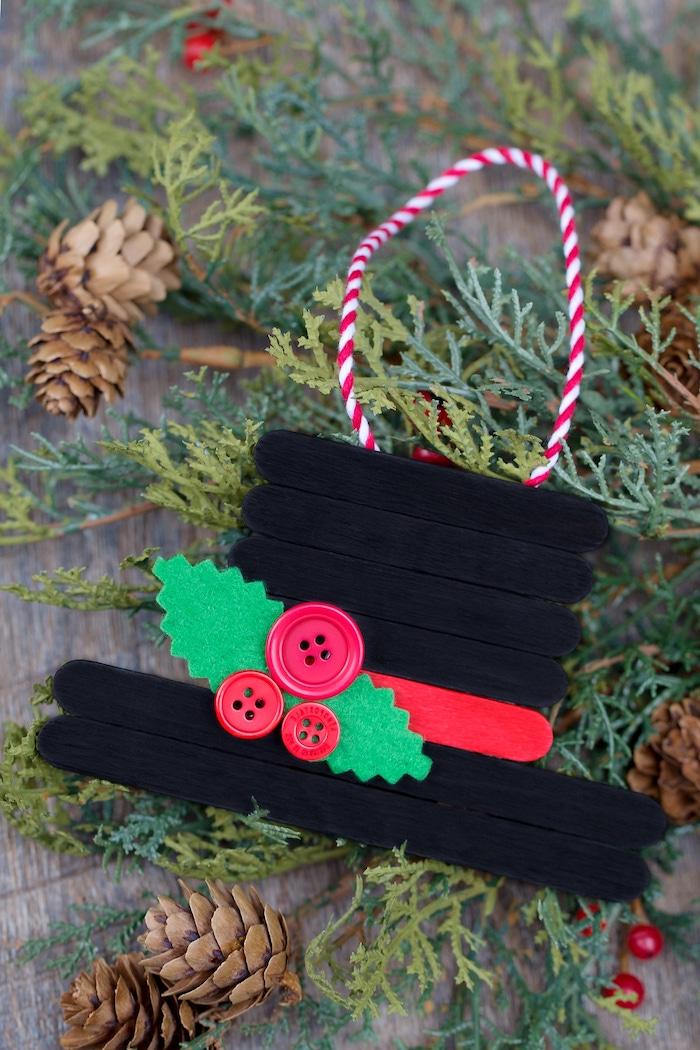 Hut aus Eisstäbchen selber machen, Weihnachtsschmuck mit Kindern basteln, leichte DIY Ideen
