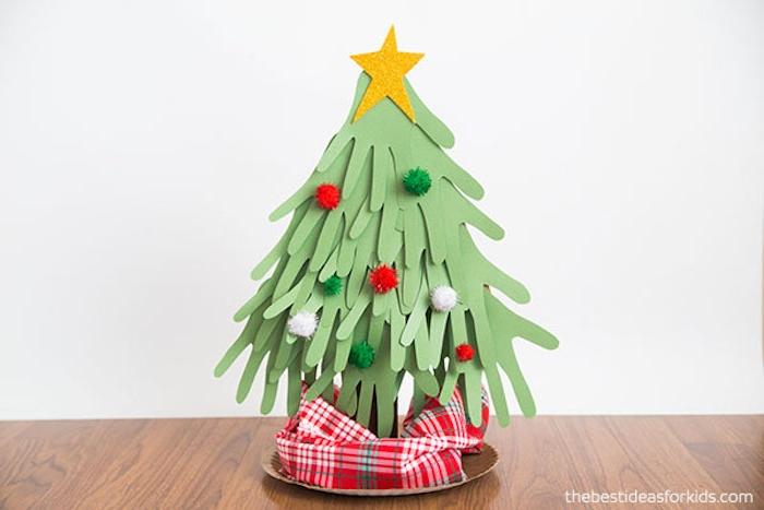 Weihnachtsbaum aus Handabdrücken, bunte Pompons für Christbaumkugeln, gelber Stern mit Glitter