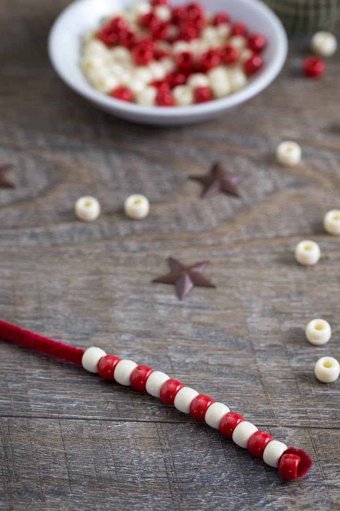 Zuckerstangen selber machen, Idee für Weihnachtsdekoration, Holzperlen auffädeln